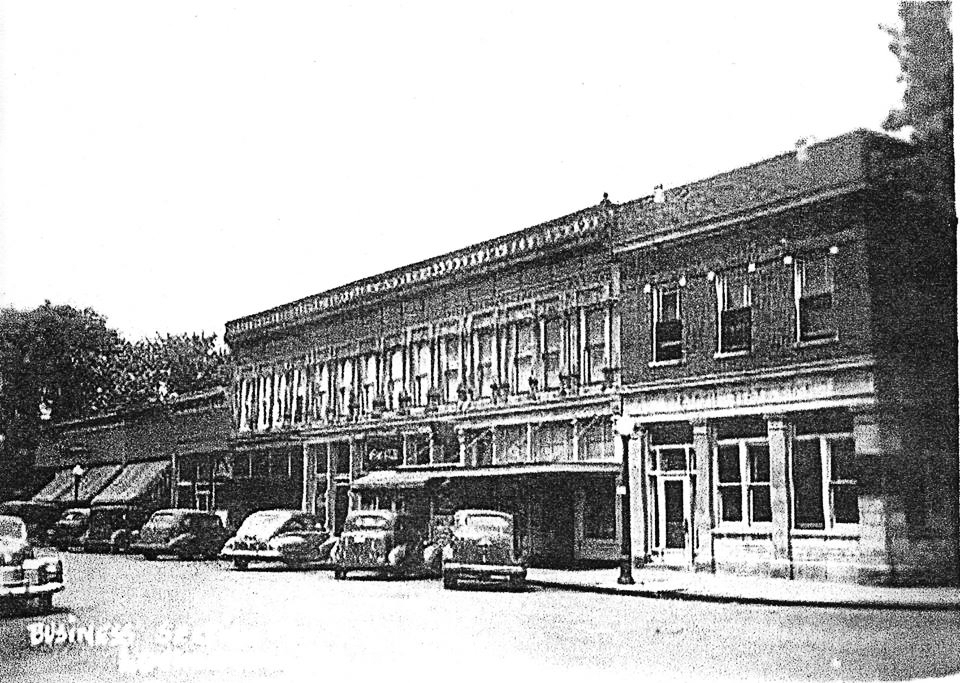 Pictured above is Lovington on State St. in the 1940s looking west. Please submit photos to the News Progress for future consideration. Originals will be saved for return or forwarded to Moultrie County Historical Society. If you have any other information, please contact the Moultrie County Historical Society at 217-728- 4085.